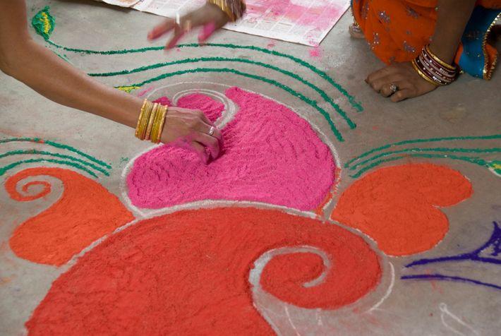 Durante el Diwali, mucha gente decora el suelo con rangoli, unos diseños coloridos e intrincados hechos de ...