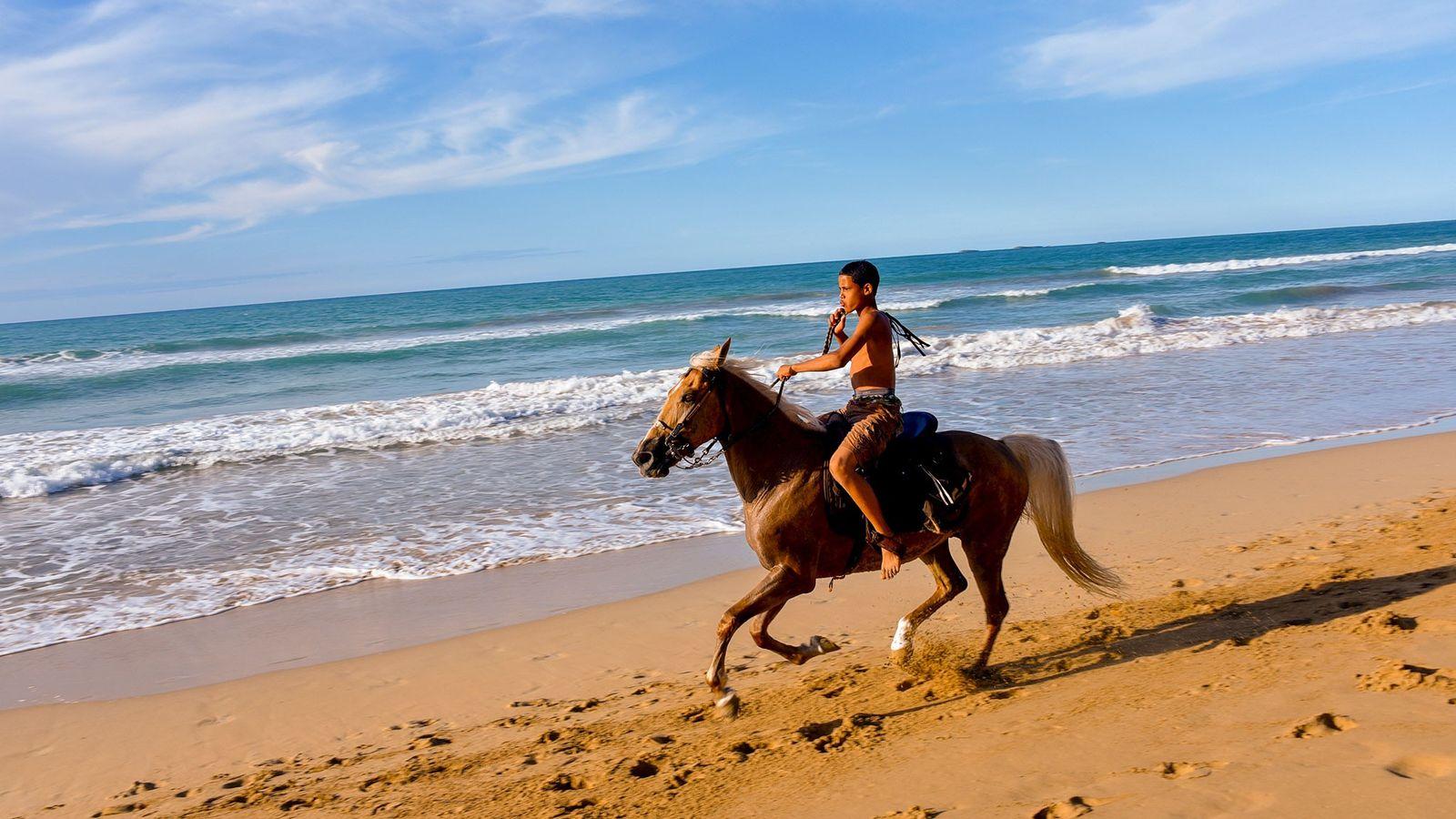 Un jinete disfruta de la playa de Las Terrenas en la península de Samaná. La temporada ...