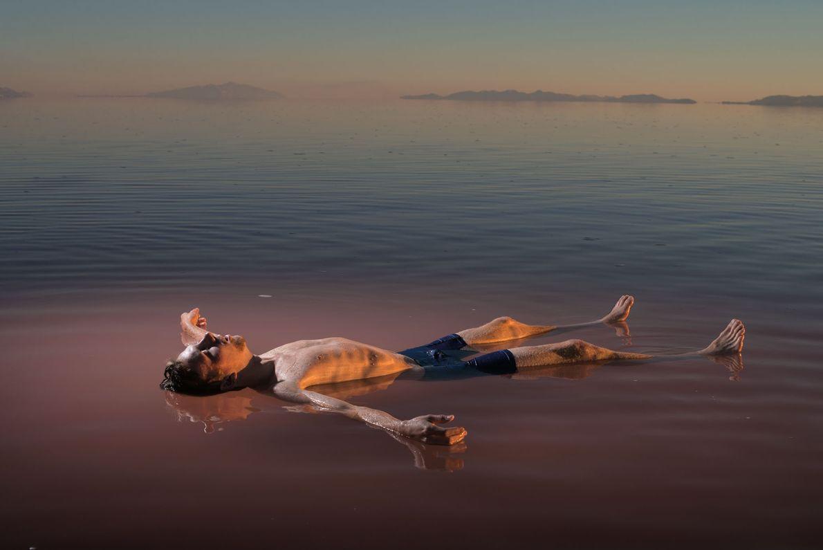 Benjamin Anderson flota en la parte norte del Gran Lago Salado de Utah. Al ser tan ...
