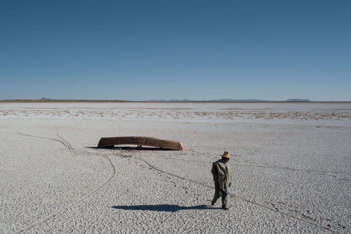 El lecho del lago Poopó: seco y con costra de sal. Los barcos están varados, los ...