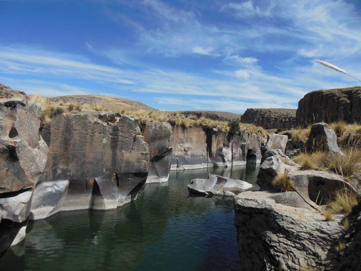 Cañon de río atravesando depósitos volcánicos. Área de conservación regional Tres Cañones, Provincia de Espinar, Departamento ...