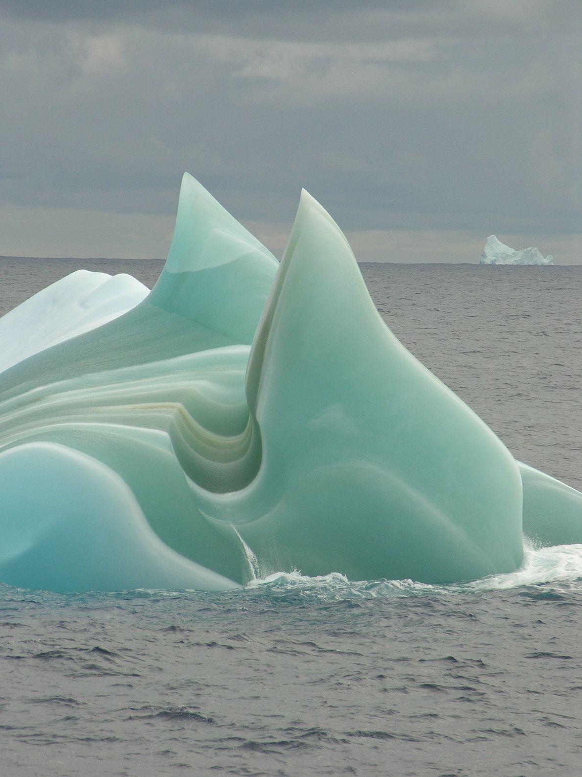 """Un degradado """"iceberg de jade"""" navega como una nave alienígena a través de las aguas de ..."""