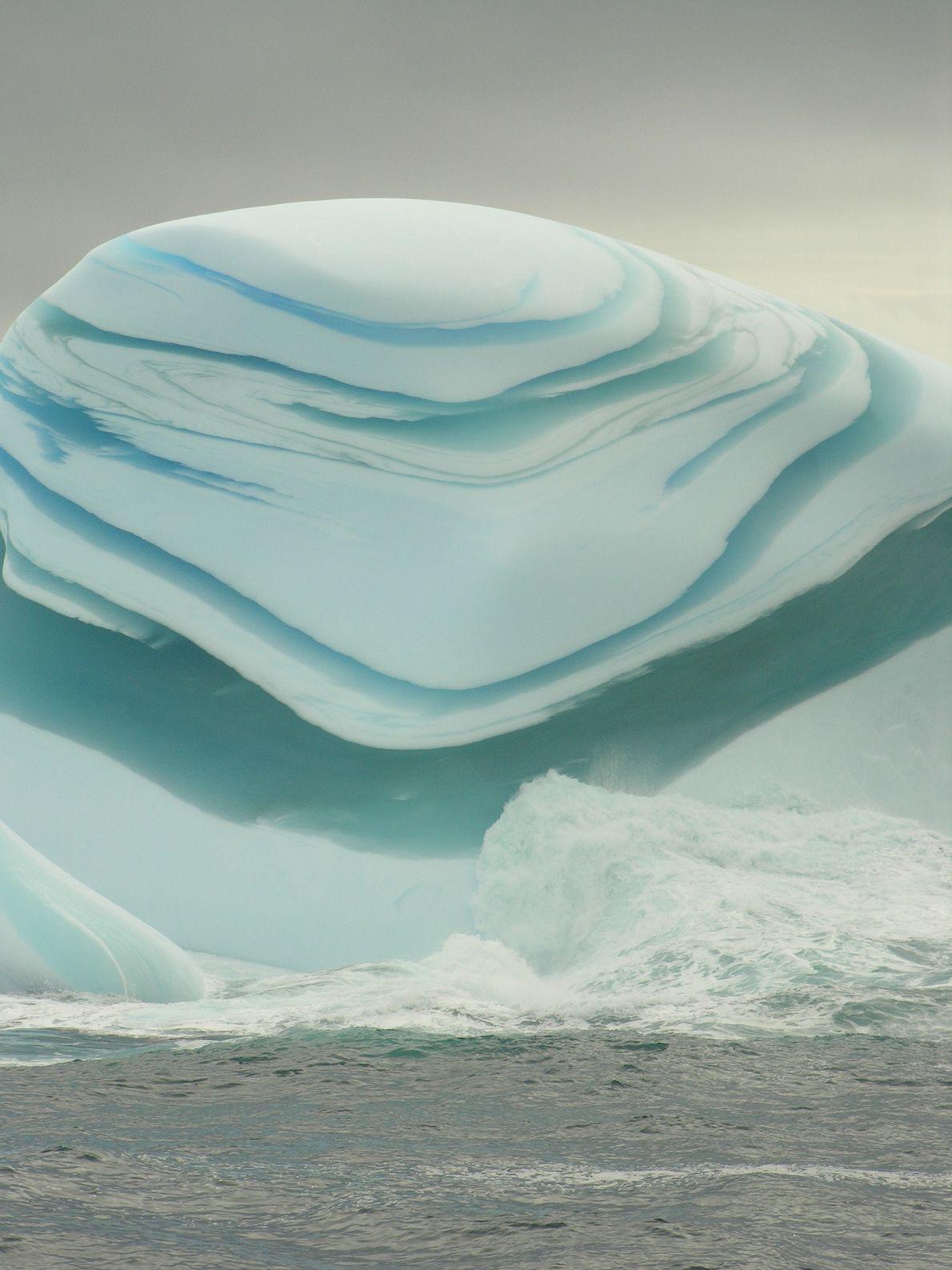 Bandas de hielo verde y blanco le dan a este iceberg de jade un aspecto inusual.