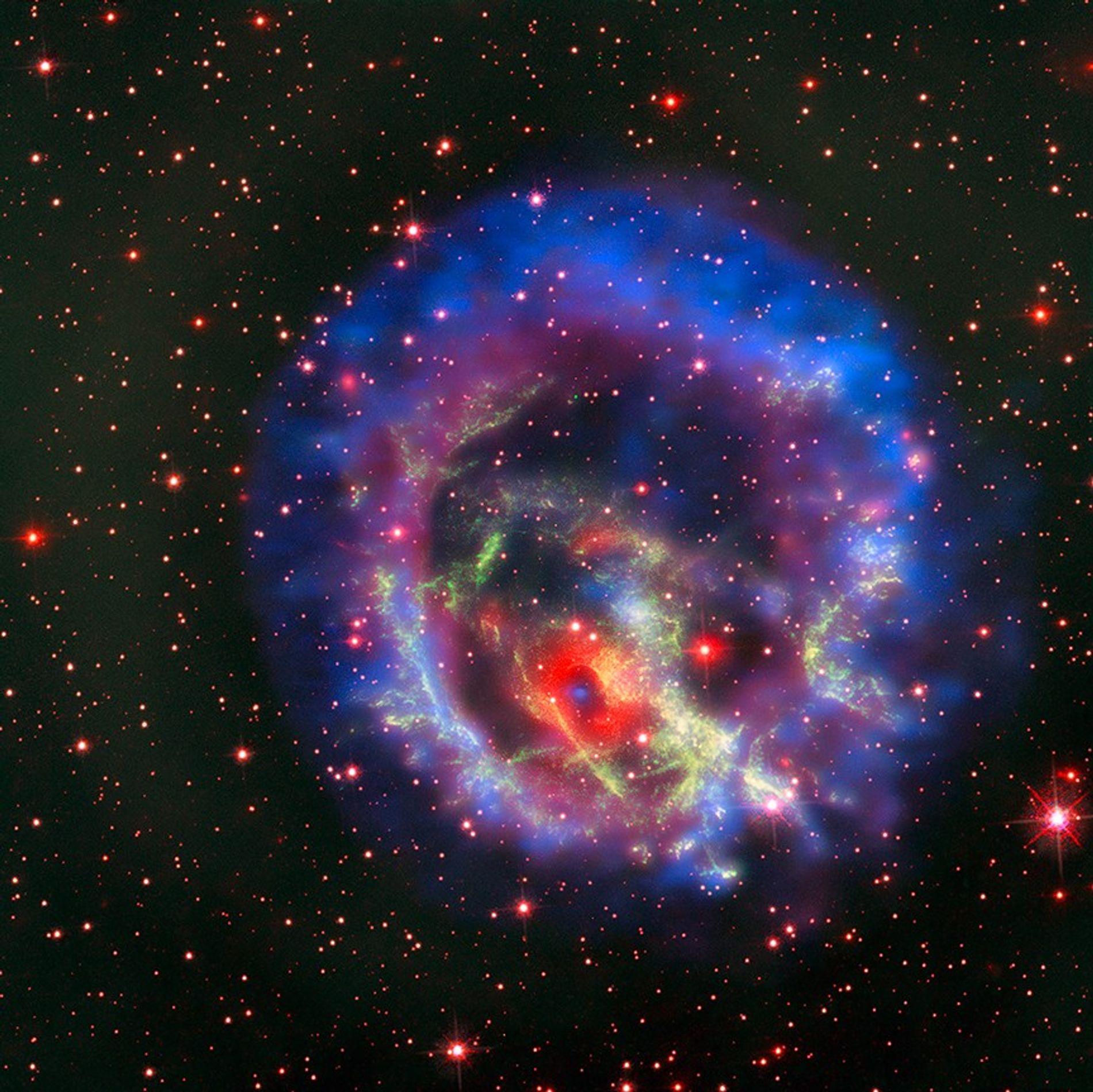 Un denso cadáver estelar conocido como estrella de neutrones se encuentra en el interior de E0102, ...