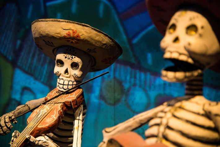 En el Museo Nacional de Etnografía de Leiden, Holanda, se exhiben esqueletos del Día de Muertos ...