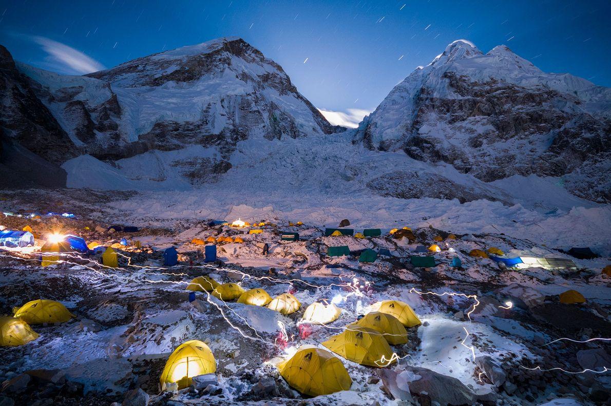 Los faros trazan un recorrido en el cielo nocturno en el campamento de Khumbu en el ...