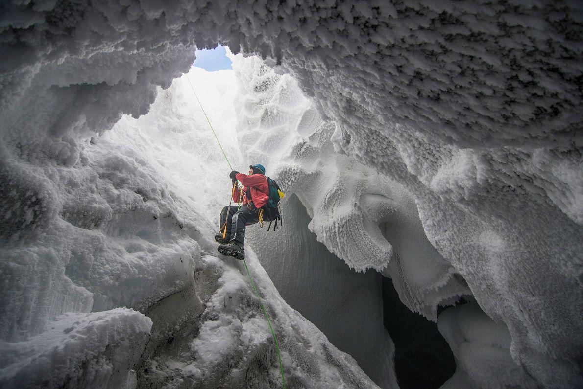 Un científico que busca formas de vida extrema sale de una cueva de vapor volcánica en ...