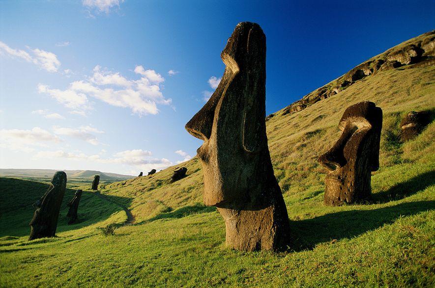 Moáis distribuidos sobre la tupida colina en la Isla de Pascua, territorio chileno ubicado al sureste ...