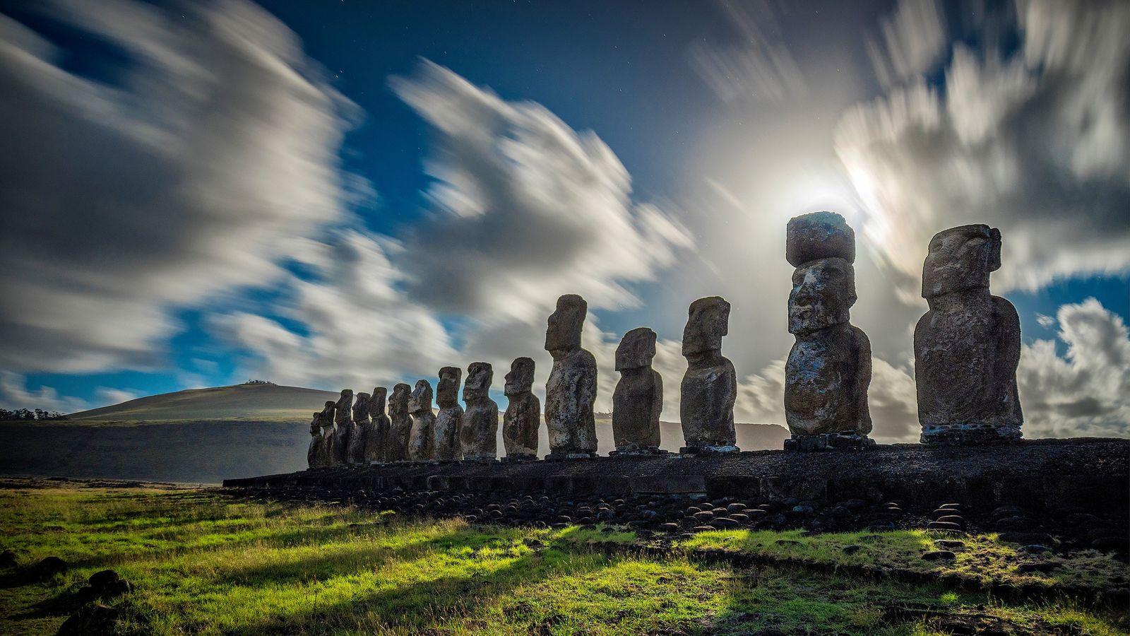 Nubes dando vueltas sobre las estatuas monolíticas de la Isla de Pascua.