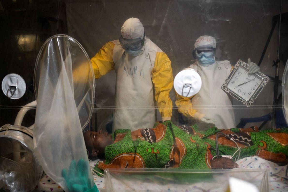 Kavugho Mukoni Romelie, de 16 años, recibe tratamiento contra el ébola en el centro de la ...
