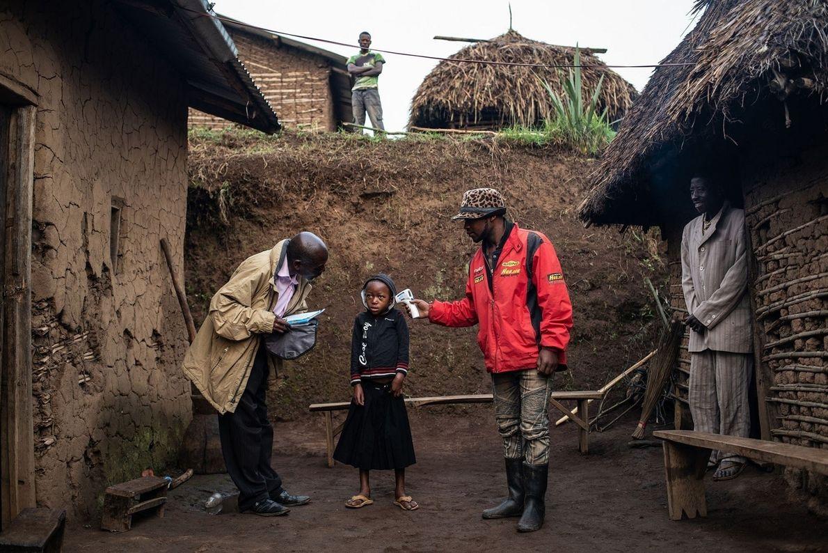 Un equipo de la Organización Mundial de la Salud comprueba la temperatura de Confirme Masika Mughanyira ...