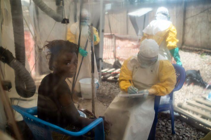 Kavugho Mukoni Romelie, de 16 años de edad, recibe tratamiento contra el Ébola en el centro ...
