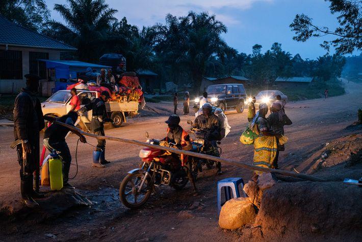 Los trabajadores lavan las ruedas de los vehículos con agua clorada y controlan la temperatura de ...