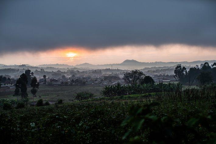 Las nubes cubren Butembo desde el sitio del centro de tratamiento del Ébola de Médicos Sin ...