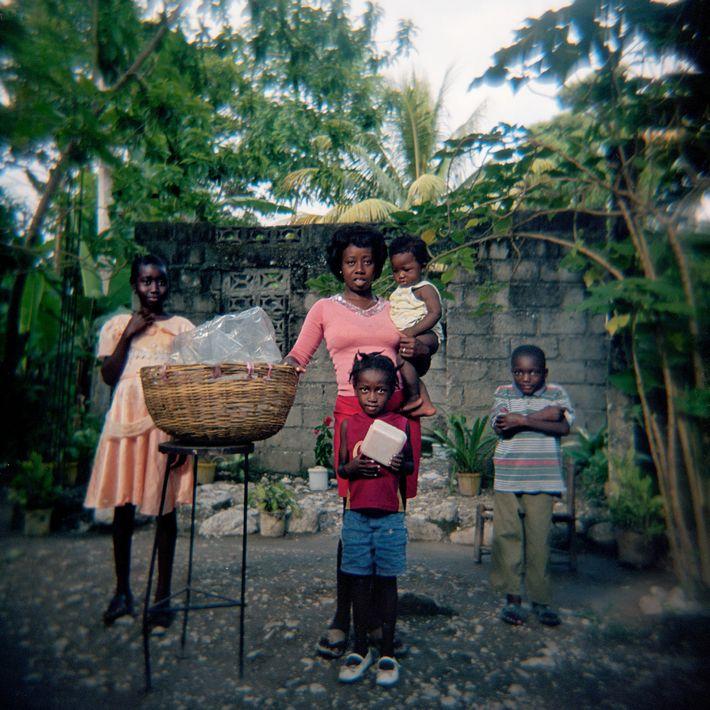 """""""Le compro pan todos los días"""", dice el fotógrafo haitiano Smith Neuvieme de su compatriota isleña ..."""