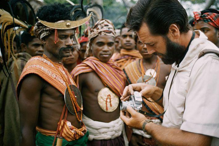 El fotógrafo Frank Schreider les muestra a los hombres de la isla Timor su cámara en ...