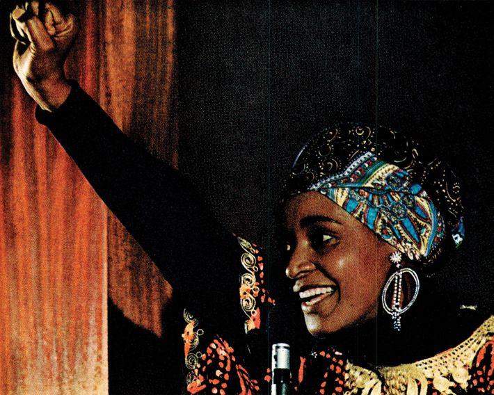 Un artículo que informaba sobre el apartheid en Sudáfrica en 1977 muestra a Winnie Mandela, una ...