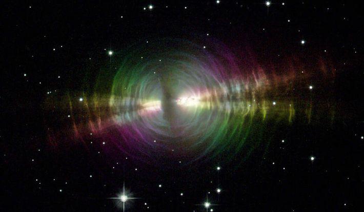 Las explosiones de polvo de estrellas envejecidas, similares a la nebulosa del huevo que se muestra ...