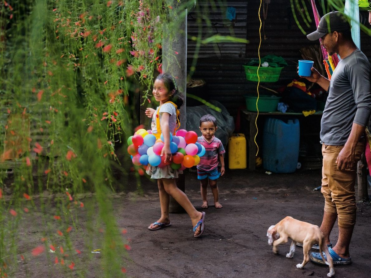 El pescador Arnovis Guidos Portillo observa a su hija y su hijo en su casa de ...
