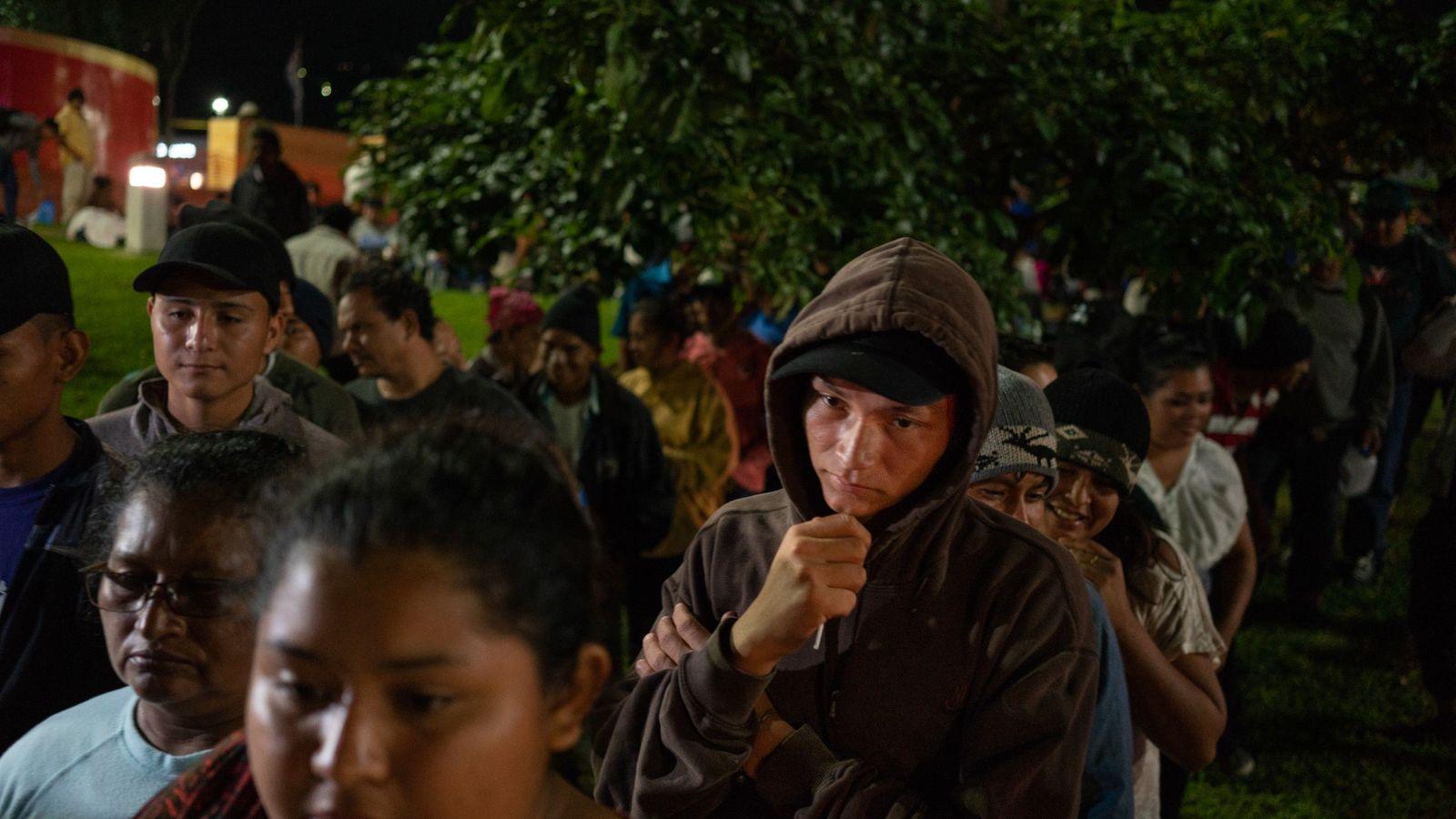 La noche antes de salir en una caravana con dirección hacia la frontera estadounidense, los migrantes ...