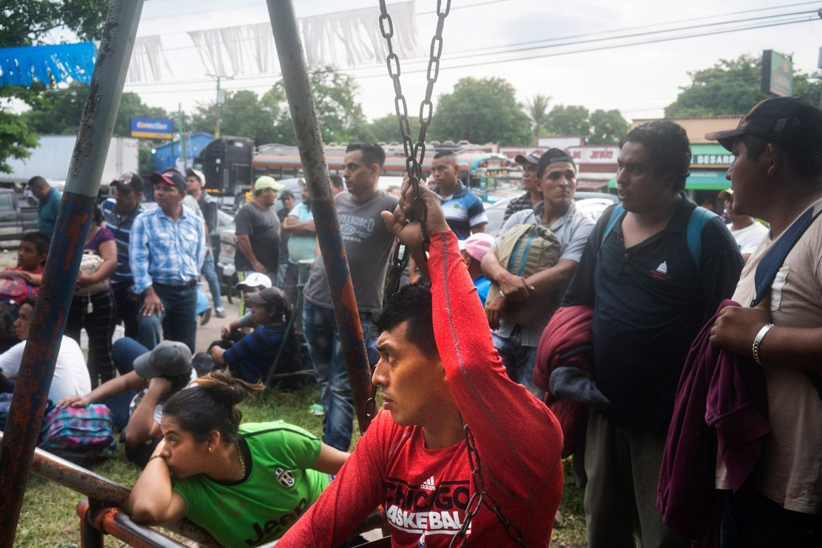 Migrantes salvadoreños descansan en un parque público en la Ciudad Pedro de Alvarado, en la frontera ...