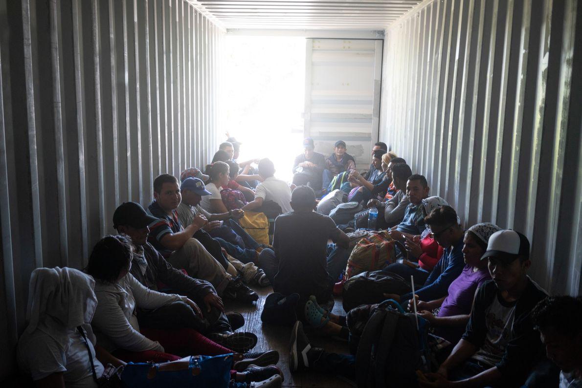 Cientos de salvadoreños—parte de una caravana de cientos de migrantes que buscan llegar a Estados Unidos—van ...