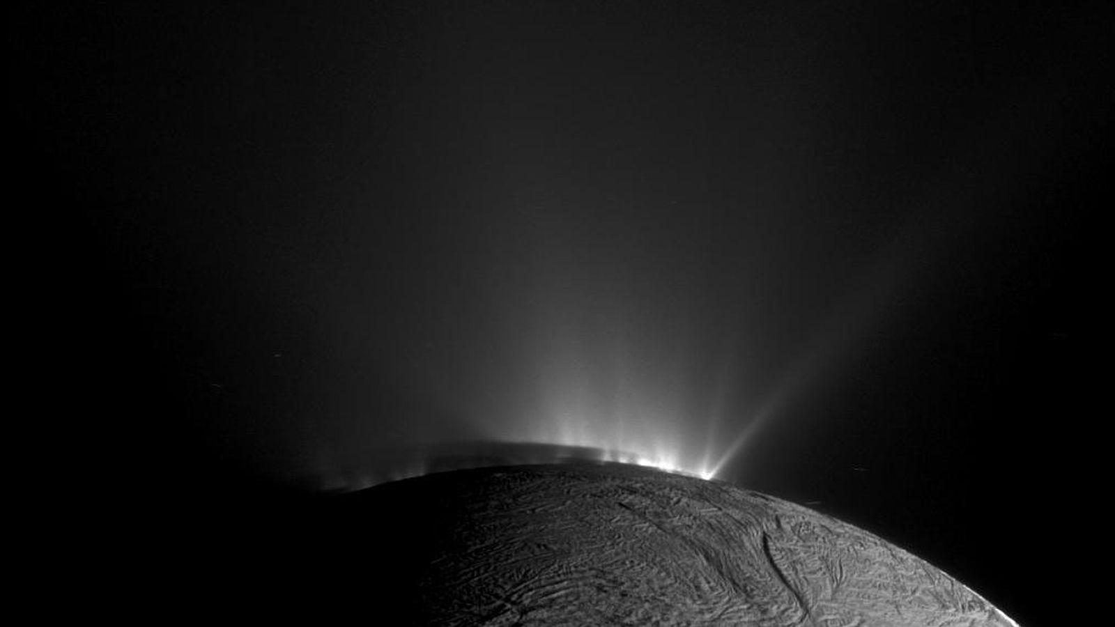 La sonda Cassini de la NASA sacó esta foto de géiseres expulsando material helado en la ...