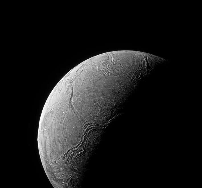 Fracturas en la capa de hielo serpentean la región polar sur de Encélado en esta fotografía ...