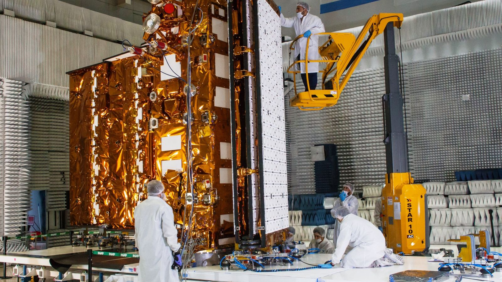 Imágenes de las pruebas del sistema de pliegue/despliegue de la antena radar, el instrumento de observación ...