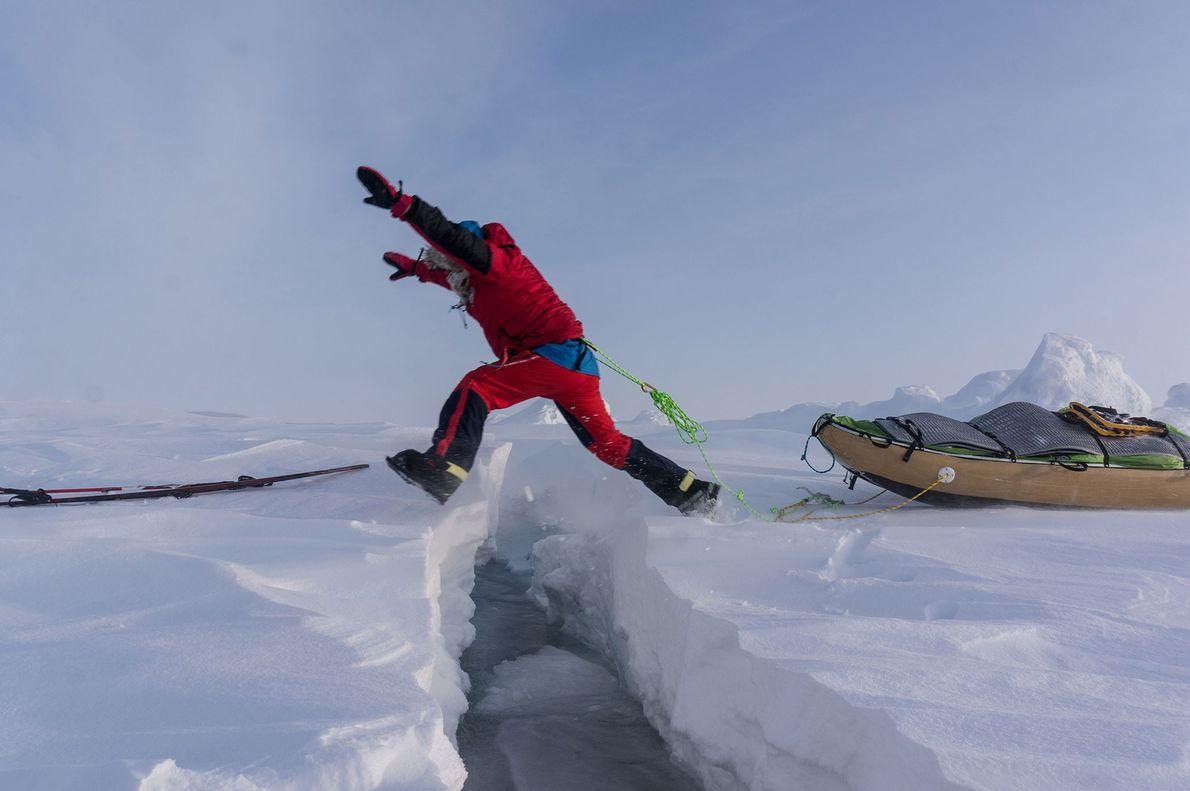 En el mejor de los casos, los canales de agua abierta (las fracturas en el hielo) ...