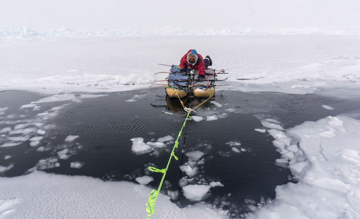 Para conservar energía, Larsen y Waters juntaban sus trineos para cruzar aguas abiertas y que solo ...