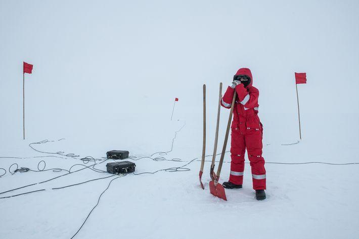 Edith Korger, una geofísica del Instituto Alfred Wegener de Alemania, establece una estación de medición magnetotelúrgica. ...