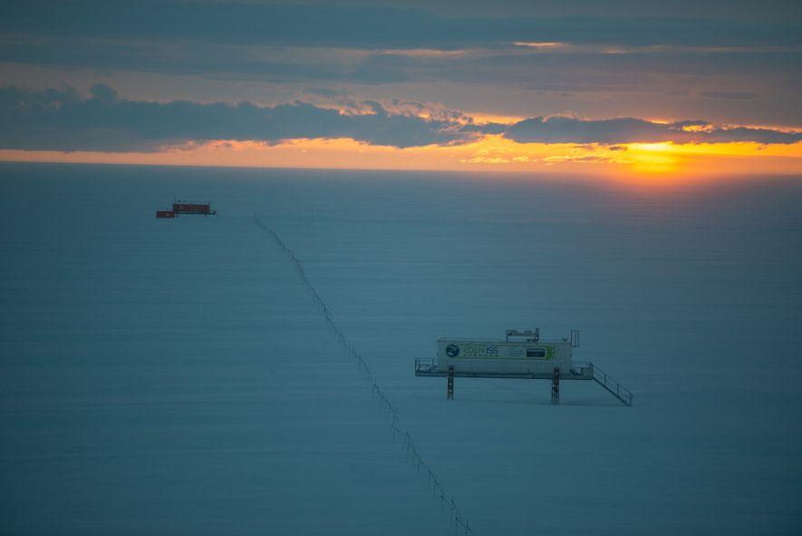 El sol se pone sobre el invernadero y sobre el observatorio meteorológico de la estación Neumayer. ...