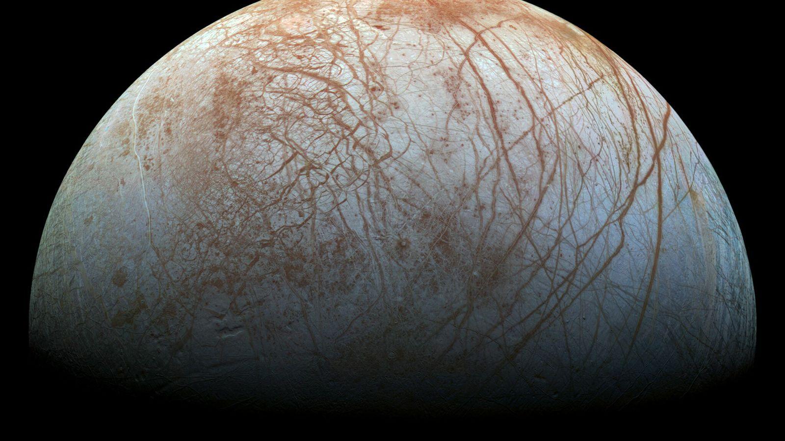 Europa, la luna de Júpiter, tiene una gruesa corteza helada que puede esconder un océano profundo ...