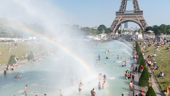 El 26 de junio, los parisinos y los turistas juegan en la Fuente de Trocadero, en ...