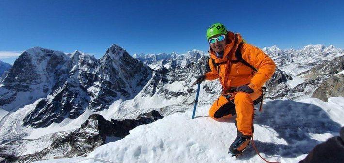 Tenji Sherpa, un guía de montaña nepalí, esperaba que sus clientes del Everest empezaran a llegar ...
