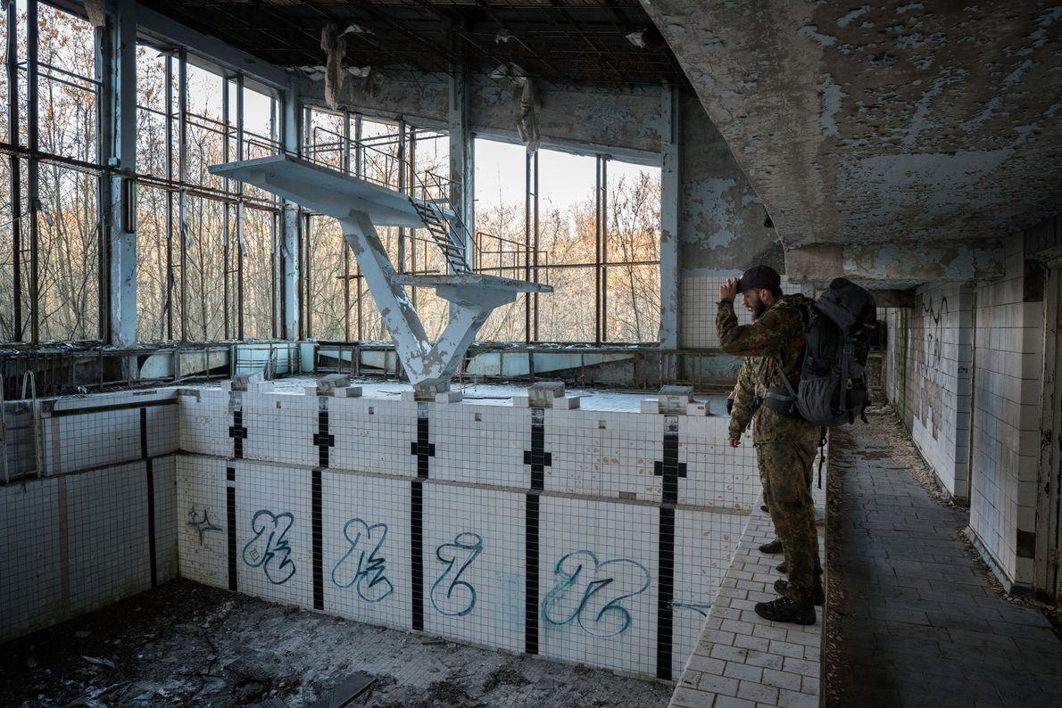 """Knyazev deambula por una piscina abandonada en Prípiat. """"Te sientes como si fueras la última persona ..."""