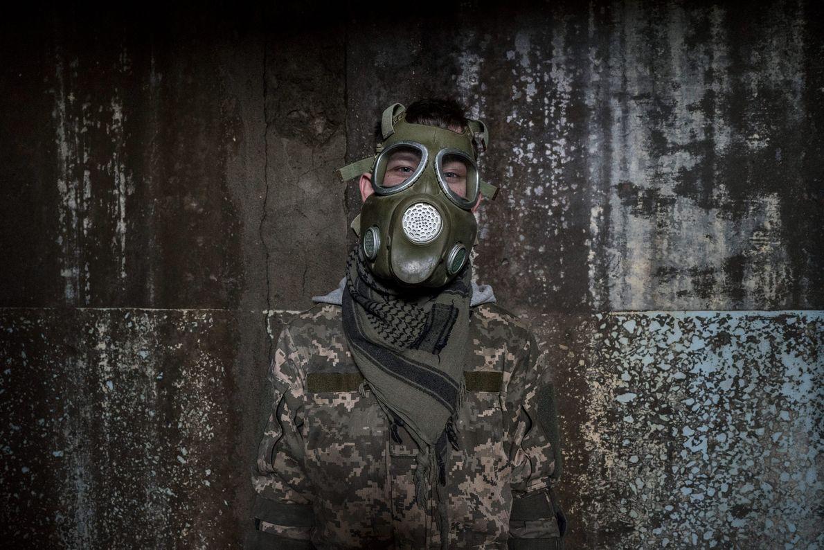 """Un """"stalker"""" se pone una máscara de gas falsa."""