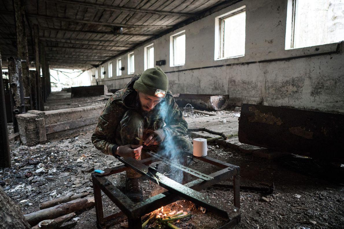 Knyazev enciende fuego en un porquerizo abandonado. Ha hecho más de 50 viajes a la zona ...