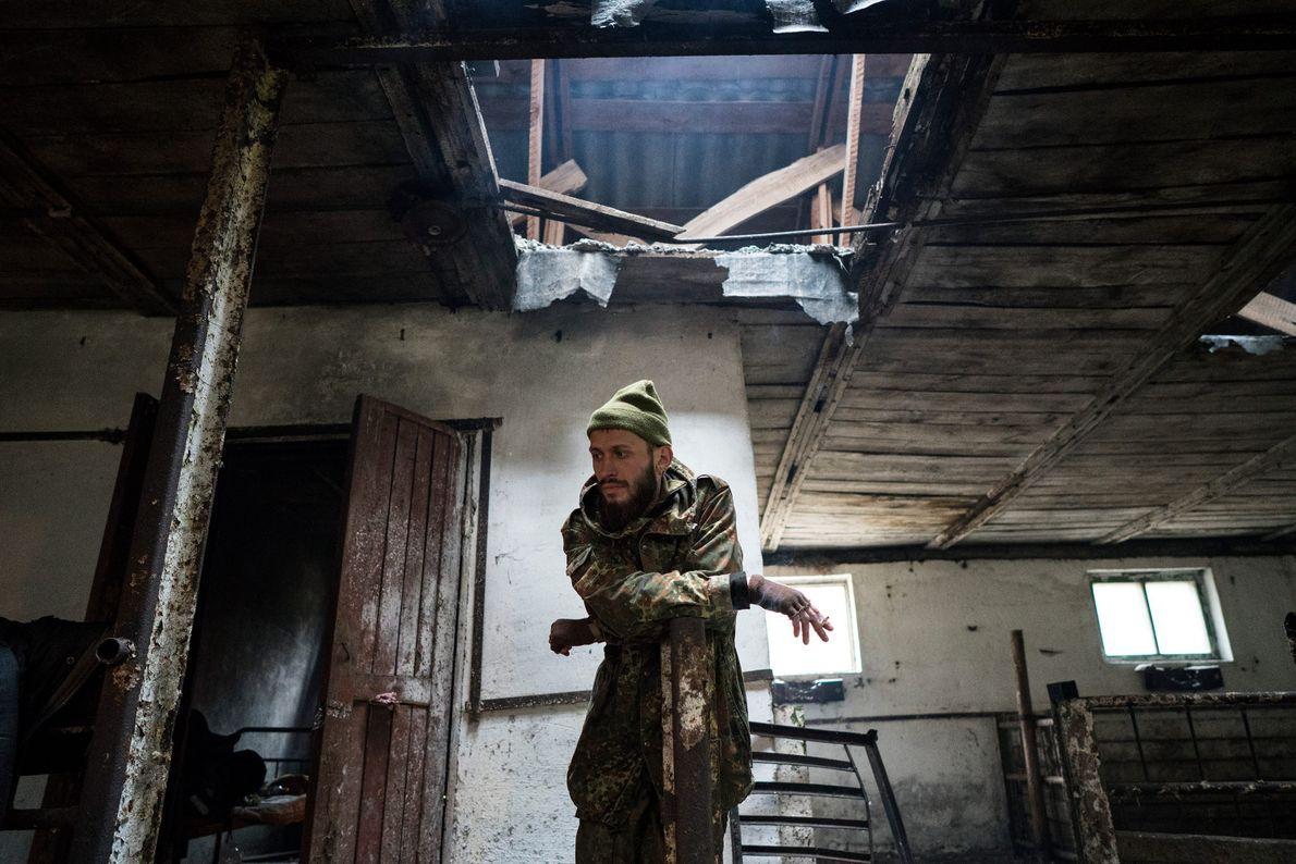 """Knyazev (apodado JimmSide) descansa en un porquerizo abandonado durante su viaje a Prípiat. """"Me atrae la ..."""