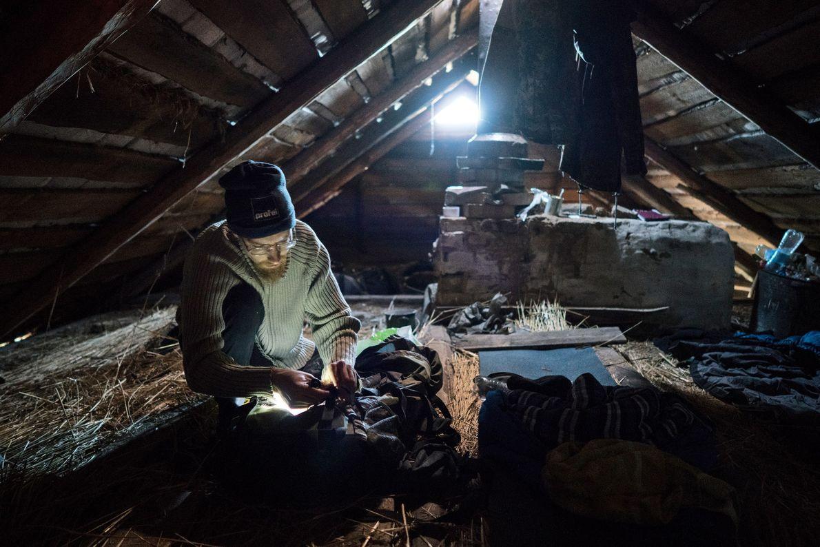 """Sherekh se prepara para dormir en una casa abandonada en Rudnya Veresnya. Los """"stalkers"""" suelen dormir ..."""