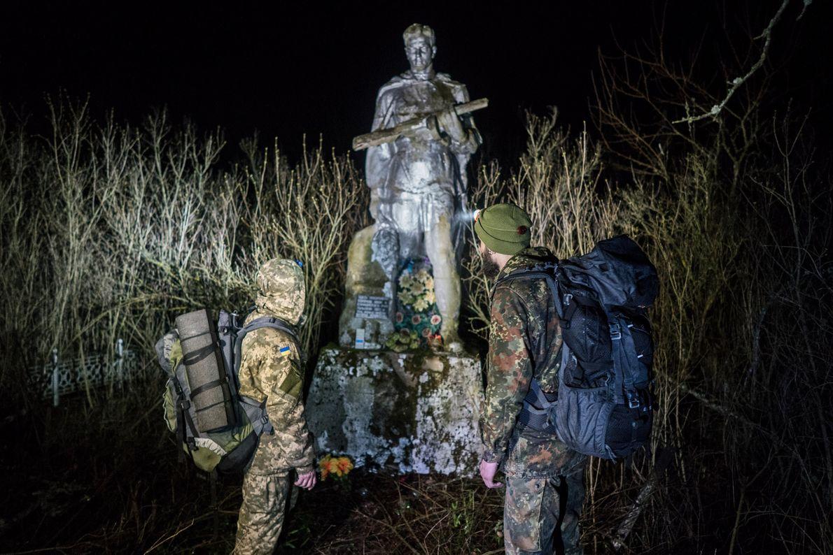 Maxim Rudyavsky y Knyazev se detienen frente al monumento conmemorativo de la Segunda Guerra Mundial en ...