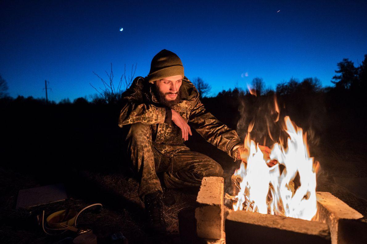 Knyazev prepara la cena en la aldea abandonada de Rudnya Veresnya.
