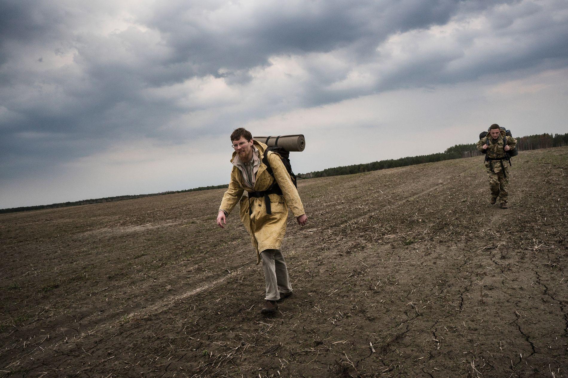 Maxim Rudyavsky y Alexander Sherekh se acercan a la frontera de la zona de exclusión.