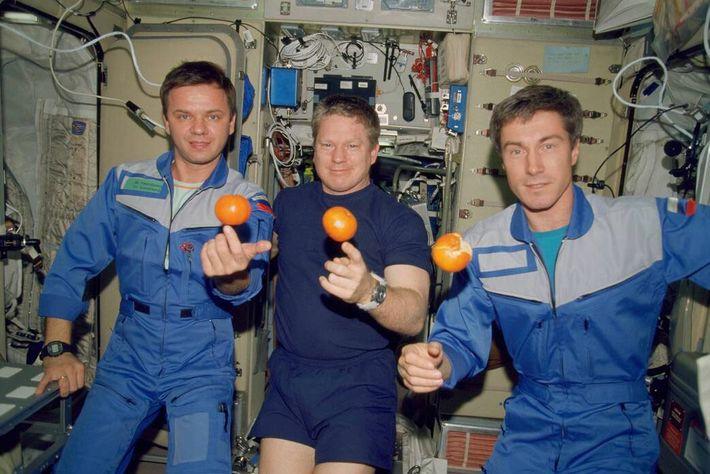 En esta imagen de diciembre del 2000, los miembros de la tripulación de la Expedición 1, ...