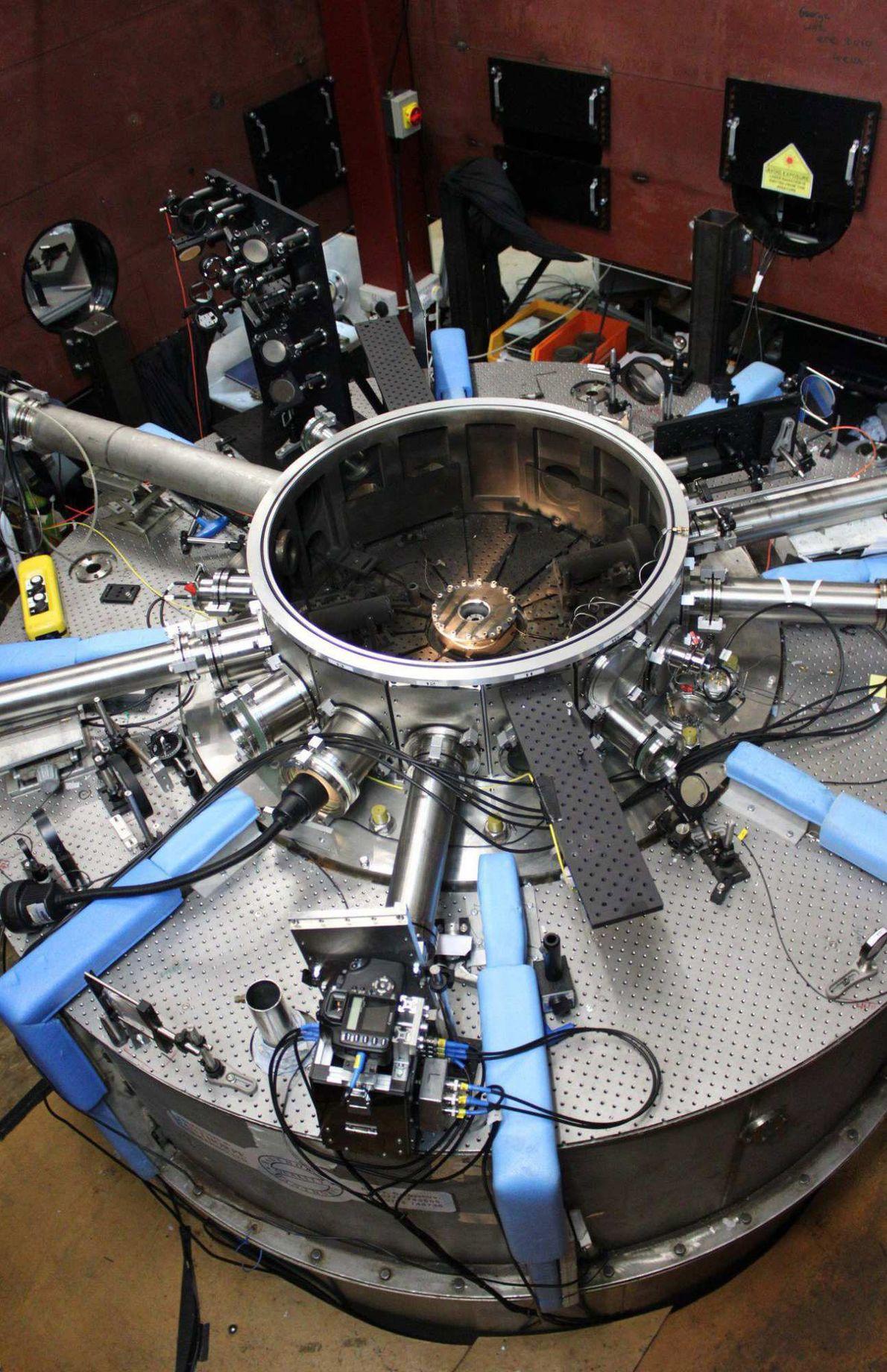 Las simulaciones de viento solar se llevan a cabo en una cámara de vacío que se ...