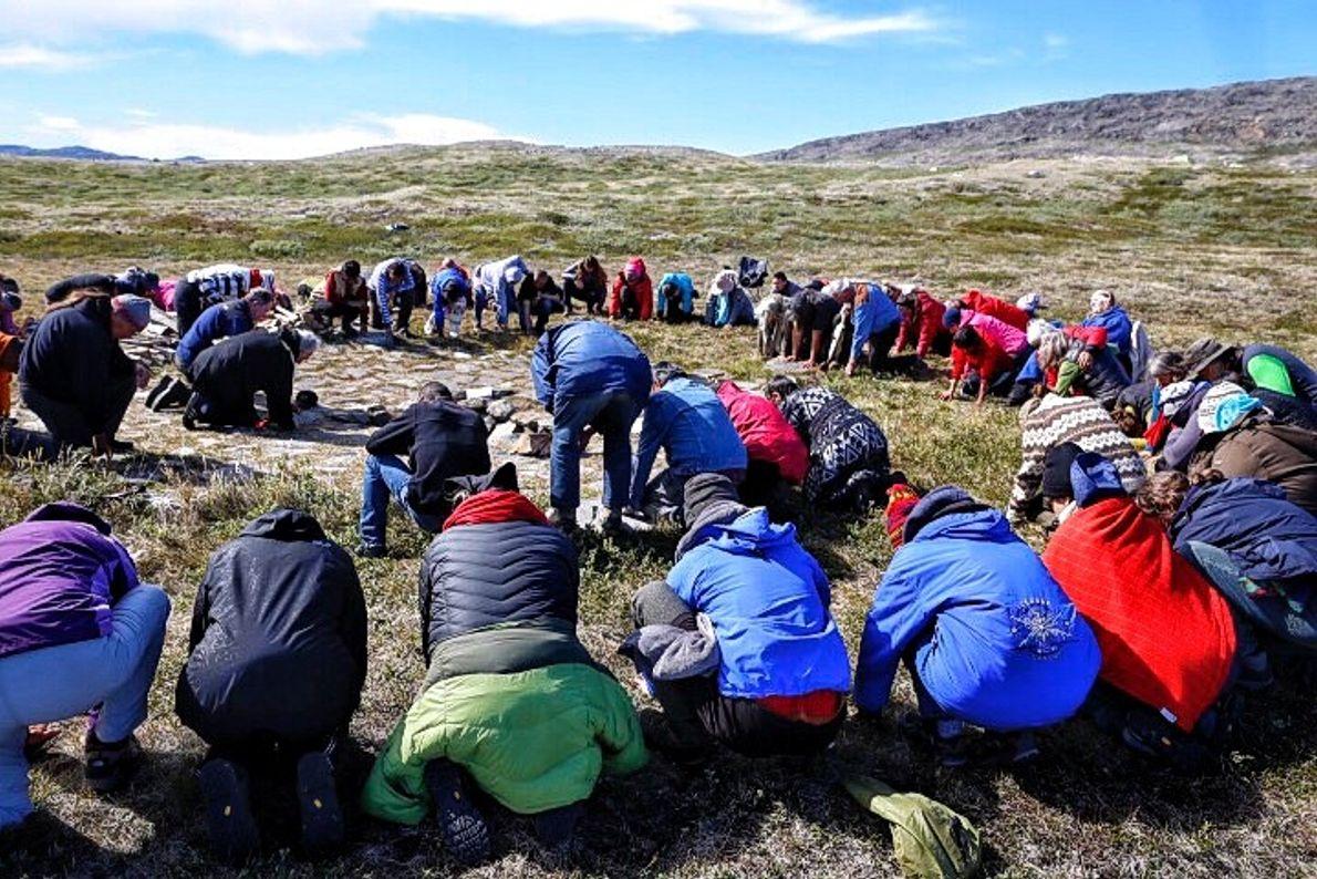 Gaby Herbsteinllega a Groenlandia para reunirse conAngaangaq, quien la recibe en ocasión de un encuentro de ...
