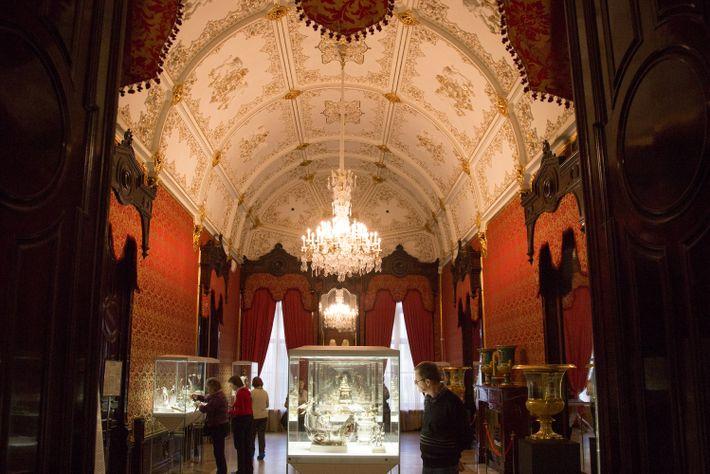 El Museo Fabergé contiene los famosos huevos de Pascua imperiales, cuadros, porcelana fina y otras obras ...