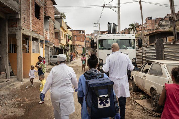 El Dr. Ricardo Viera da Silva, derecha, camina con su equipo para hacer una visita a ...