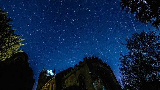 Los meteoros del cometa Halley brillan sobre una iglesia medieval